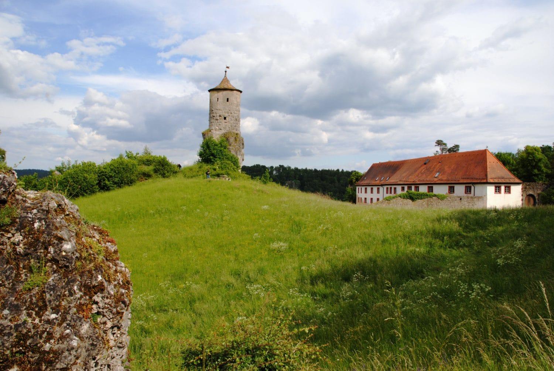 De weertoren 'Steinerner Beutel' waakt over het dak
