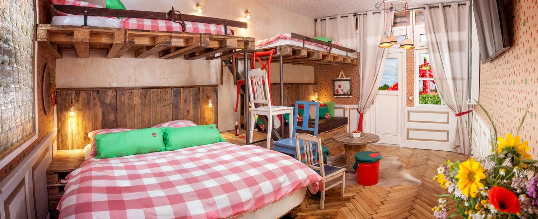 In het Karls-Erlebnis-Dorf bereik je de bedden van pallets via de trap van keukenstoelen