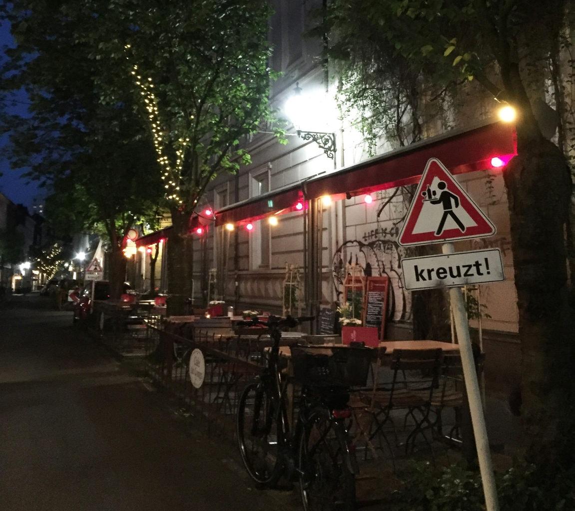 Luisenviertel in Wuppertal met veel terrasjes op straat.