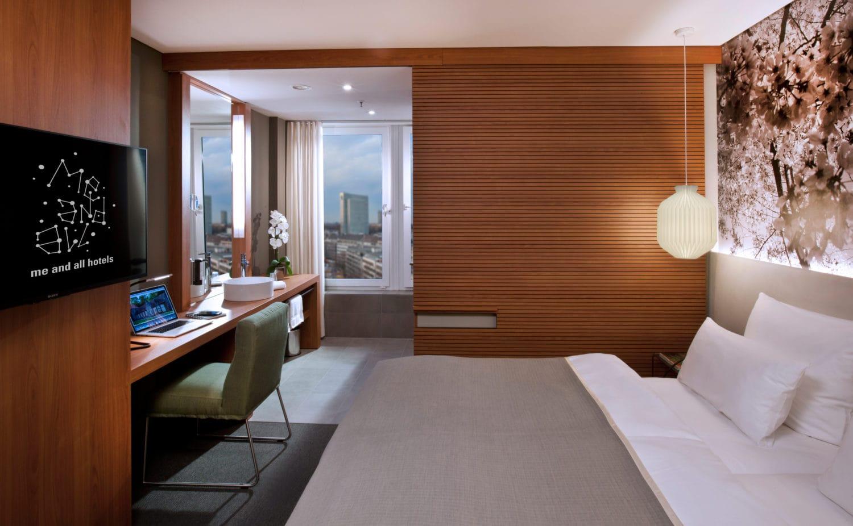 Strak ingerichte kamer van het Me and all Hotel in Duesseldorf