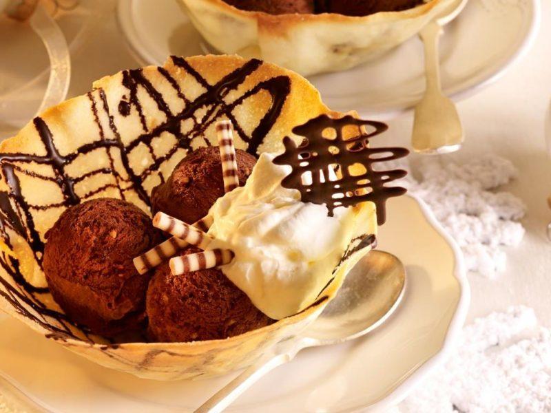 Chocolade ijs in een oublieschaaltje