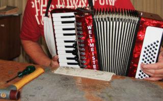 De productie van Weltmeister accordeons omvat heel veel handelingen.