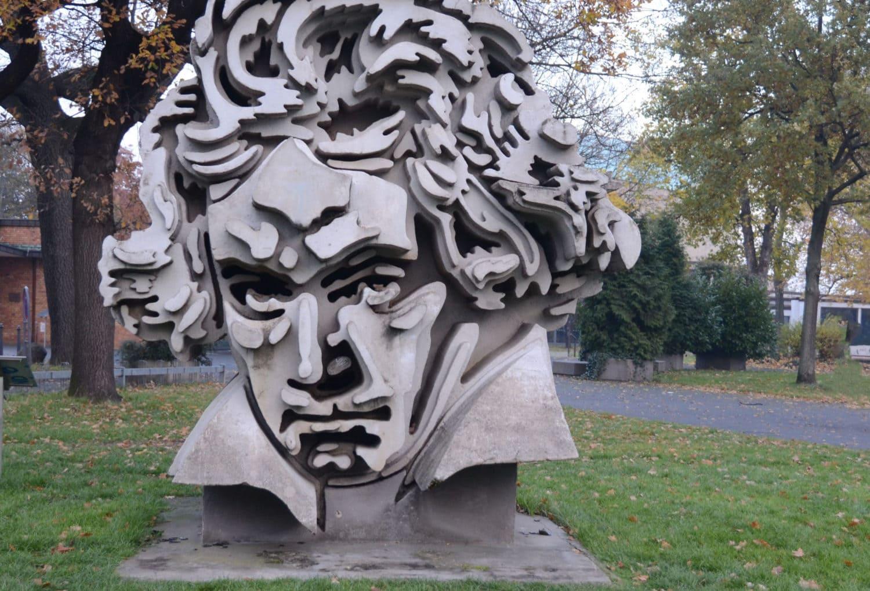 Het metershoge hoofd van Beethoven gemaakt uit beton, door Klaus Kammerichs.