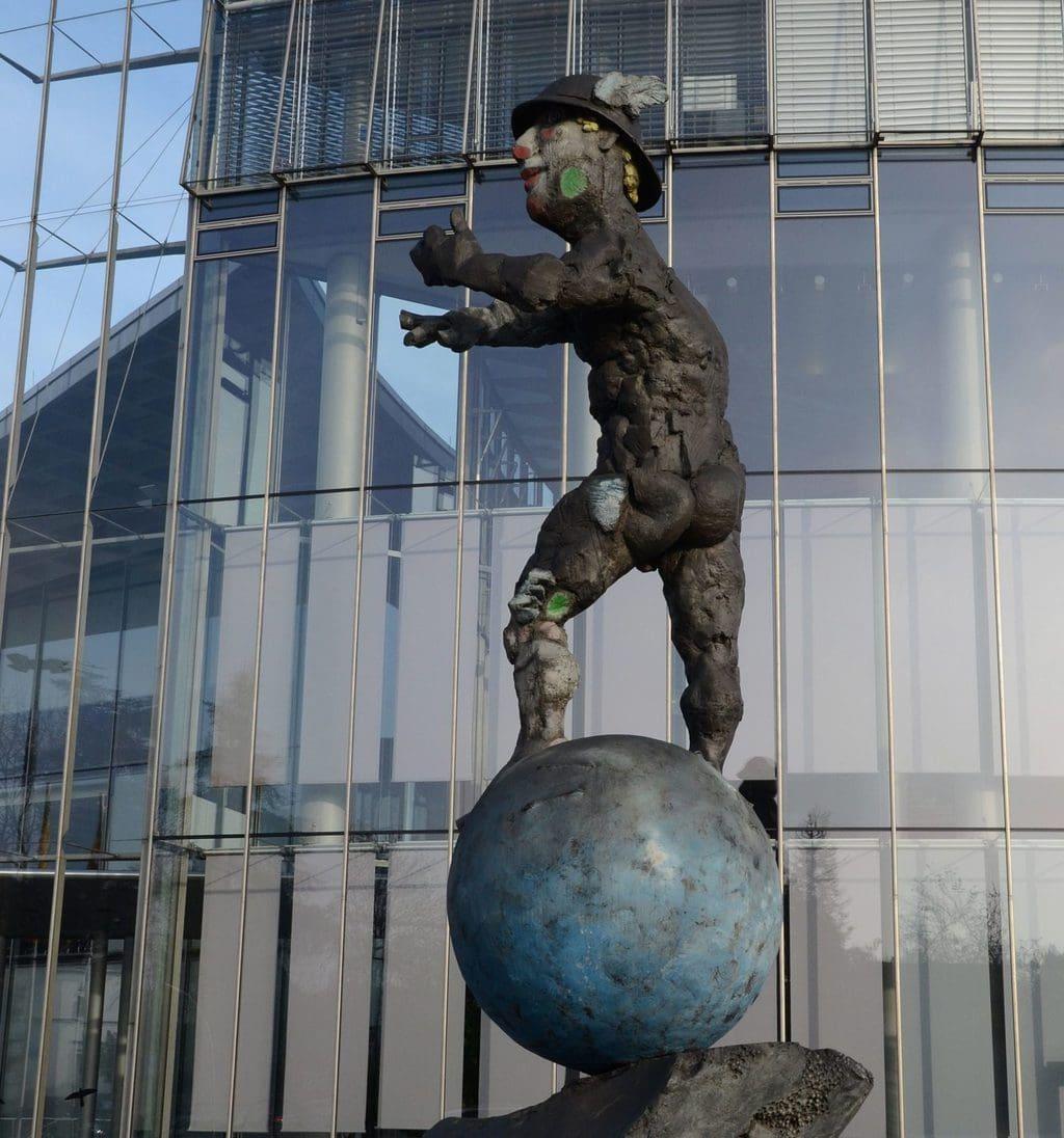 Sculptuur van de god Mercurius van Markus Lüpertz in de voormalige regerinswijk