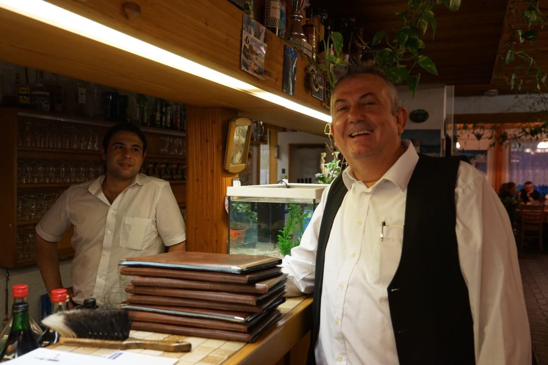 """""""Rijst of frites?"""", vraagt de Griekse eigenaar van Poseidon"""