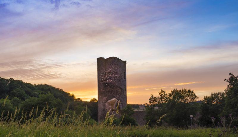 De ruïne van kasteel Baldenau in de Hunsrück.