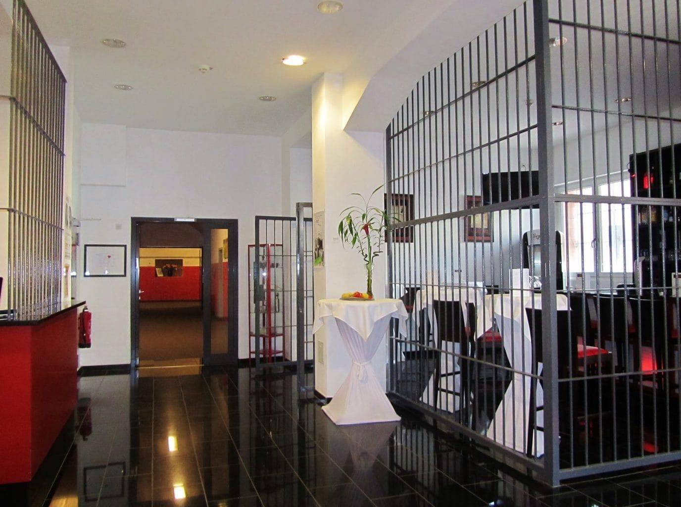 Een kamer in het Alcatraz Hotel in Kaiserslautern