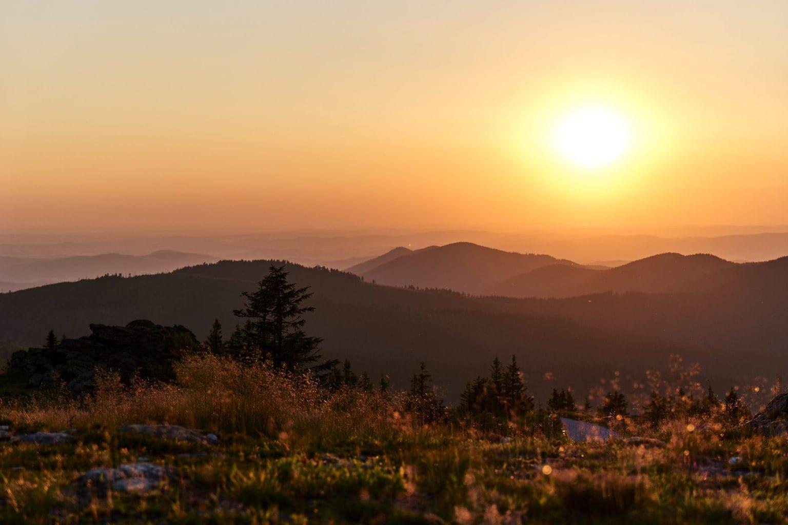 Bergtoppen in het Bayrischer Wald tijdens zonsondergang