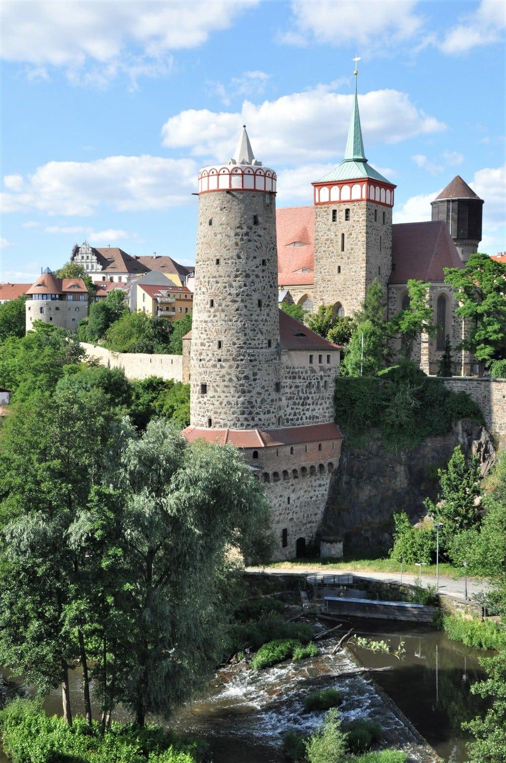 De oude stadt Bautzen in Saksen mit burcht, muur en rivier