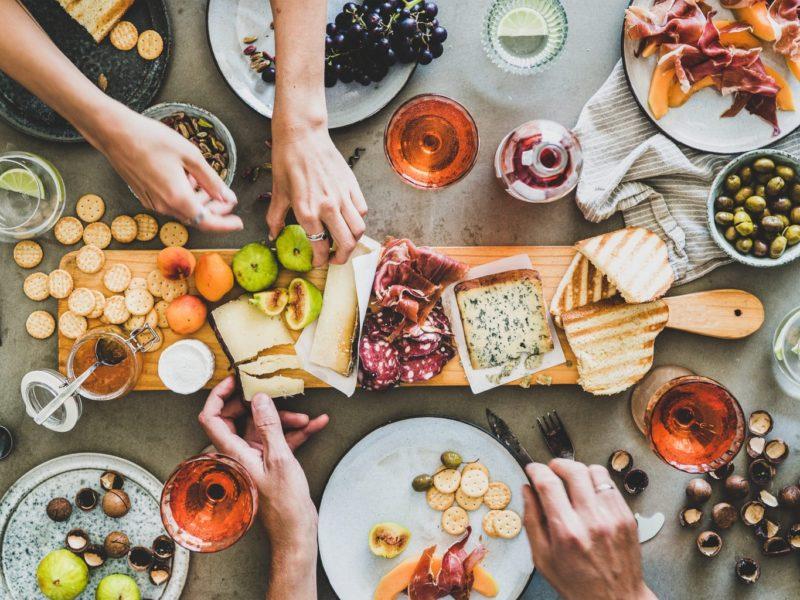 Een Beierse Brotzeit met brood, fruit, kaas en andere lekkernijen