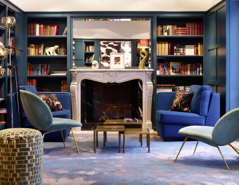 Bibliotheek van designhotel Maison in Saarlouis met open haard