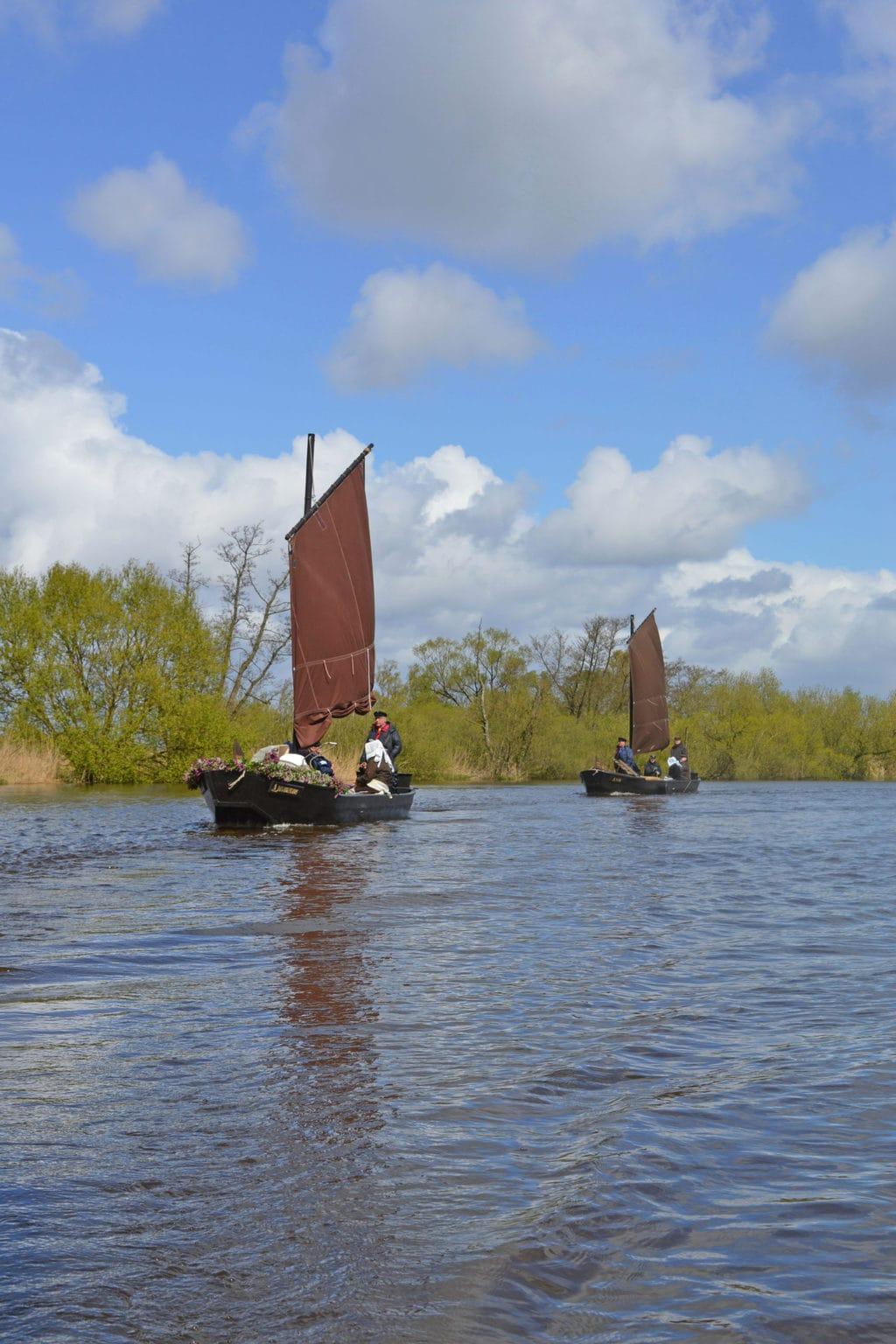 Booten met zwarte zeilen zijn het kenmerk van het Teufelsmoor bij Worpswede