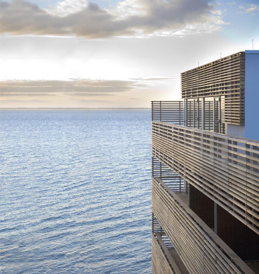 Het Budersand Hotel op het eiland Sylt van buiten met zeezicht