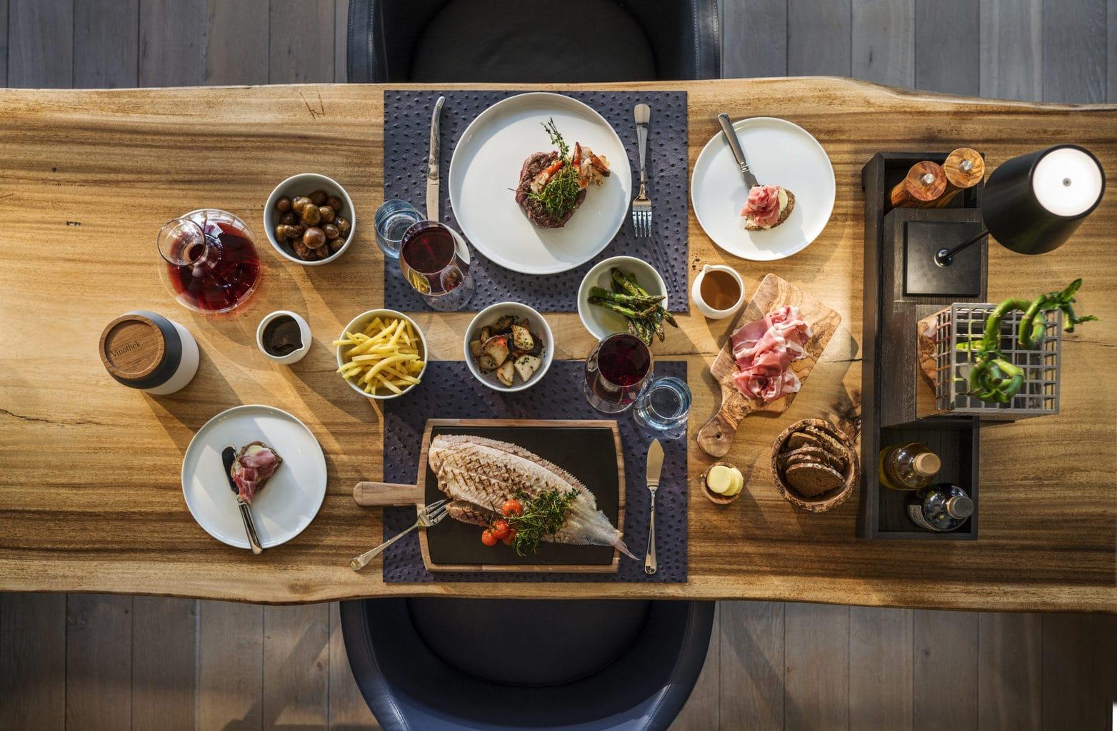 Dineren in de vinoteek van het Hotel Budersand op Sylt