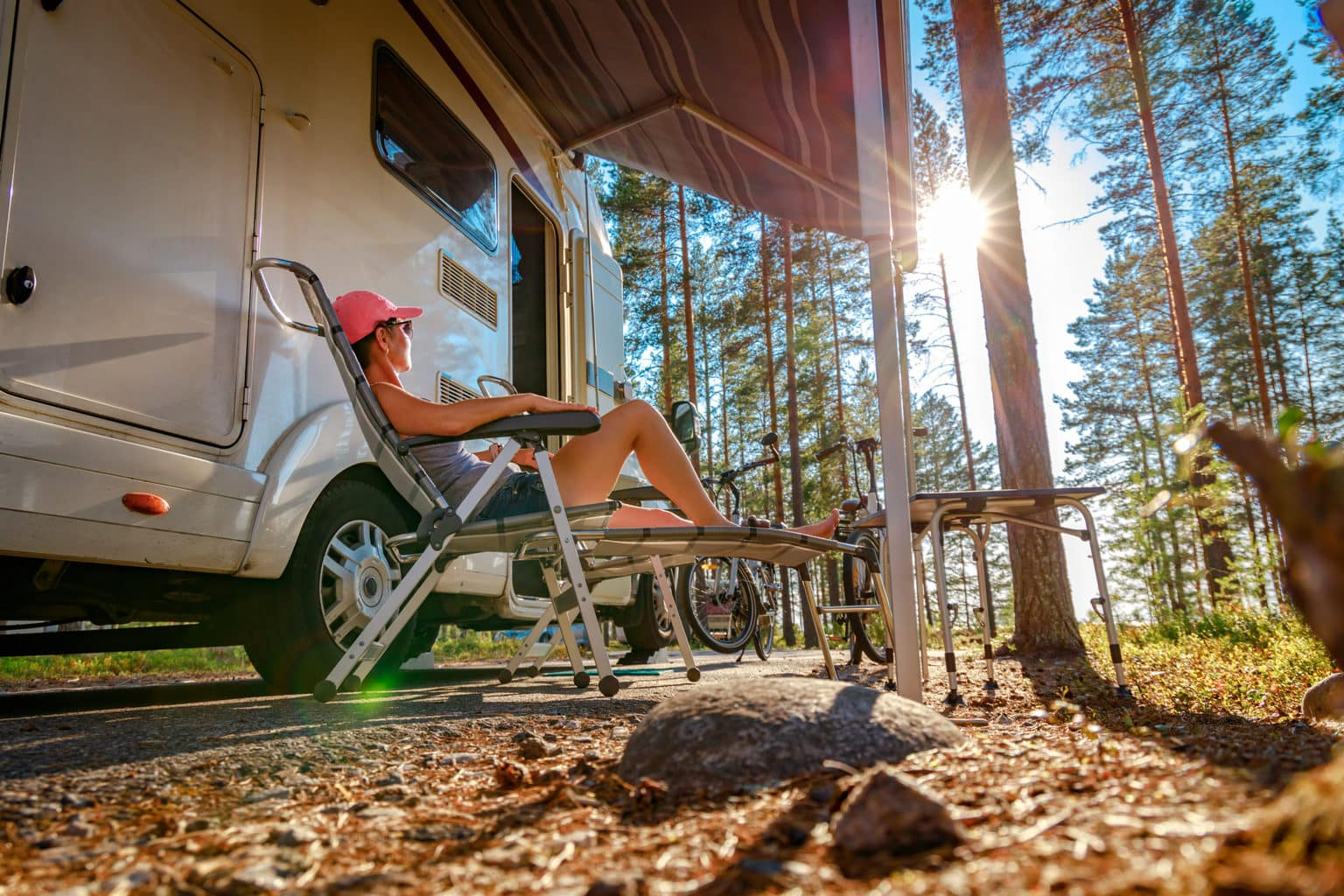 Een vrouw geniet van de zonsopgang voor haat camper op Camping Sanssouci in Potsdam bij Berlijn