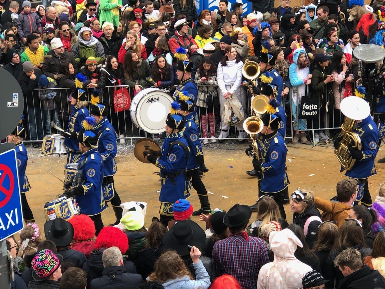 Muzikanten op straat tijdens optocht in Keulen tijdens carnaval