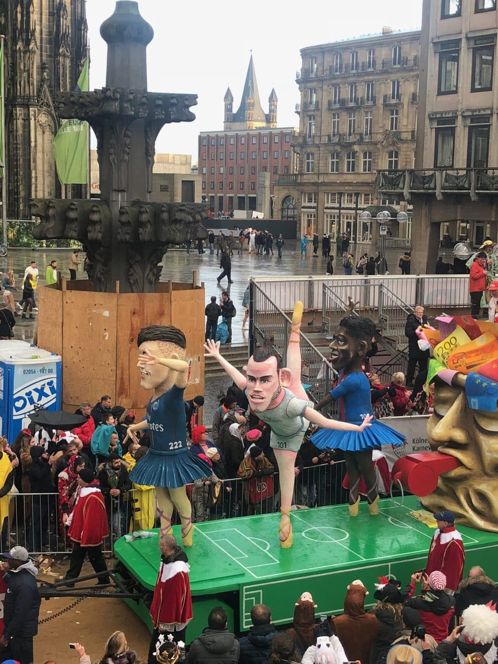 Carnavalisten maken grapjes over de ballerinas van Real Madrid