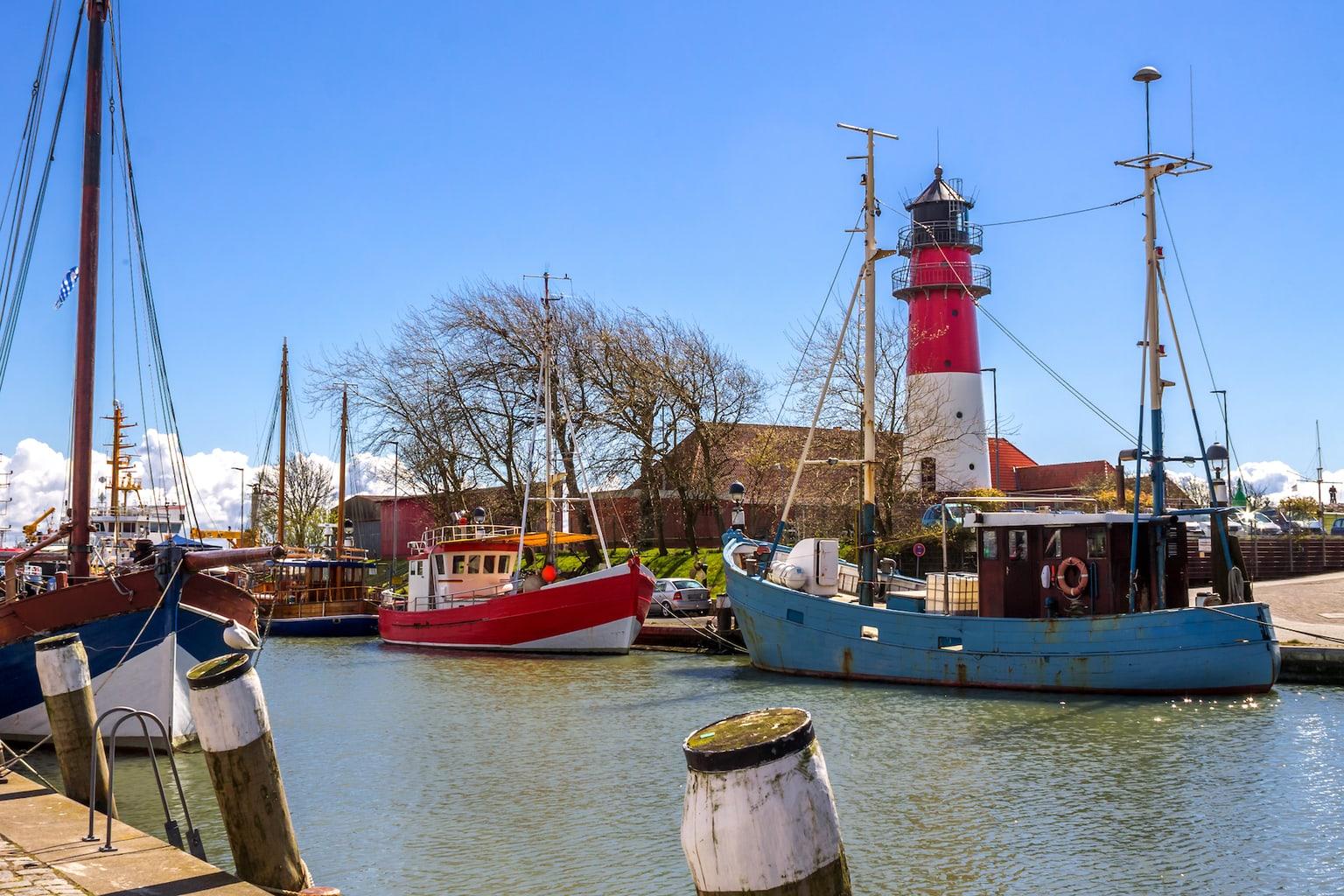 De haven van Büsum met schepen en vuurtoren