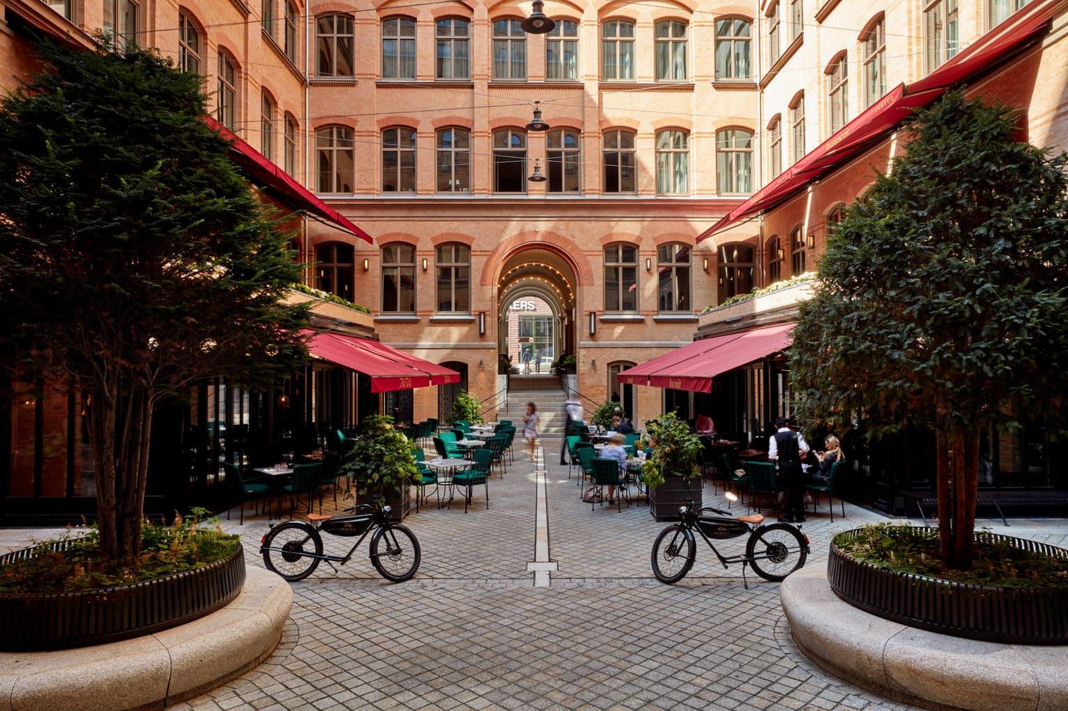 Het binnenhof van hotel Tortue in Hamburg