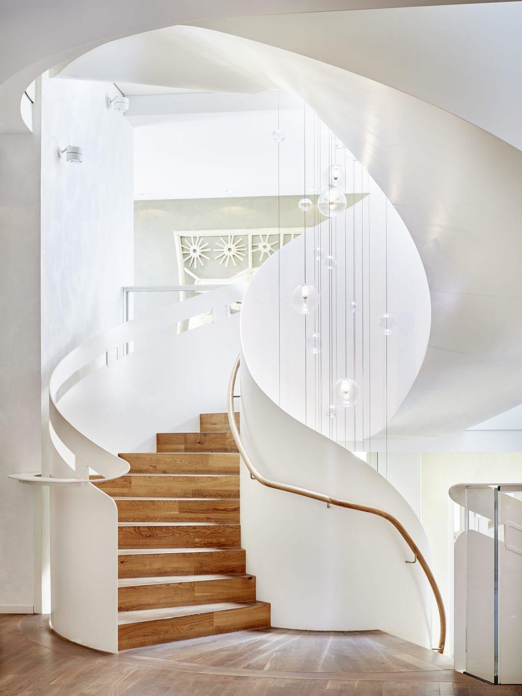 Leuke designhotels in Duitsland hebben features zoals dit trappenhuis in Hotel La Maison in Saarlouis