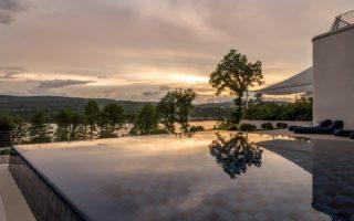 De Seezeitlodge in het Saarland met Infinity-pool tijdens de schemering