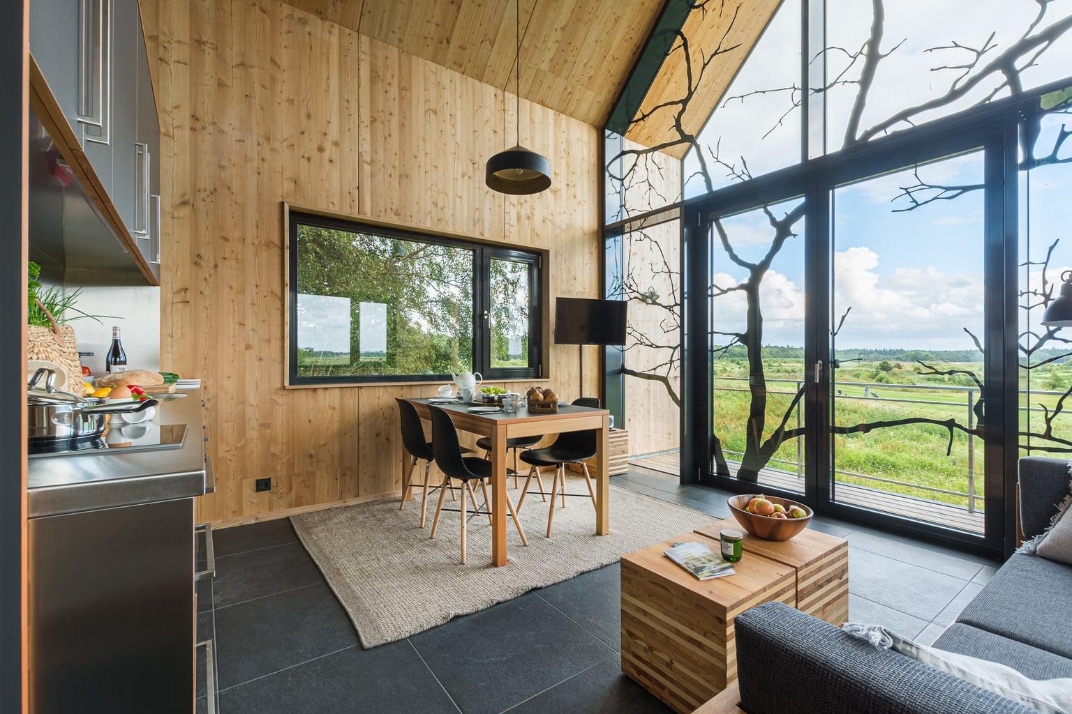 Uitzicht vanuit een boomhuis in een van de hippe designhotels in Duitsland