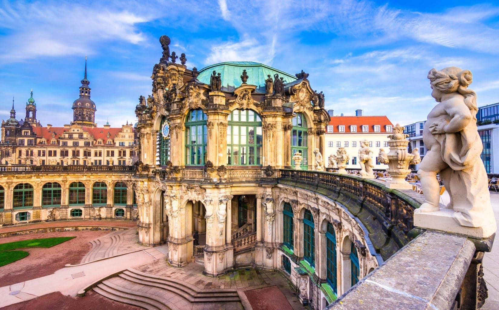 Skulpturen van engelen op het dak van de Zwinger in de Saksische stad Dresden