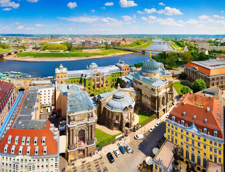 De binnenstad van Dresden met musea en monumenten is prachtig gelegen aan de rivier Elbe