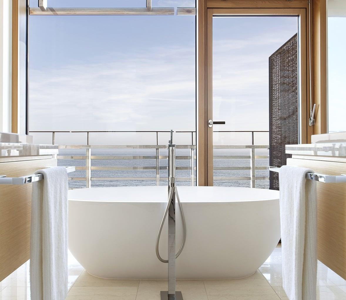 vrij staande badkuip het zeezicht in Hotel Budersand op Sylt in Duitsland