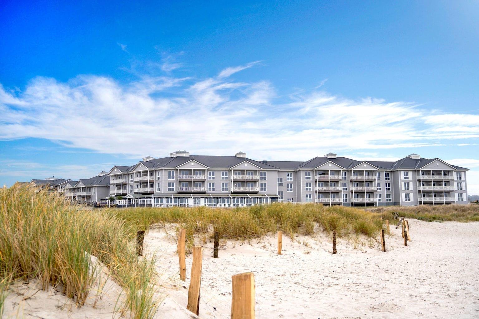 Het prachtige Beach Motel in Heiligenhafen vanuit de duinen