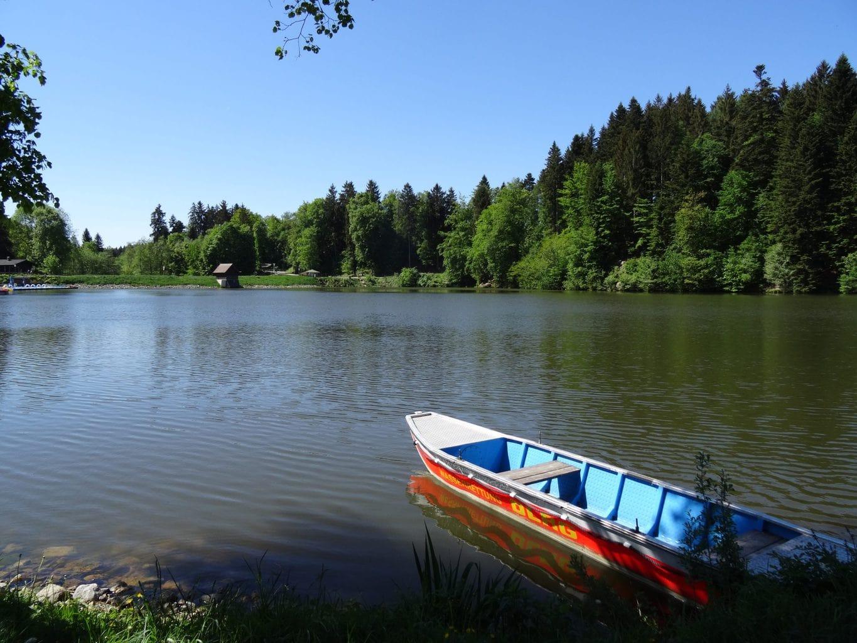 Een boot op de Ebnisee in Baden-Württemberg