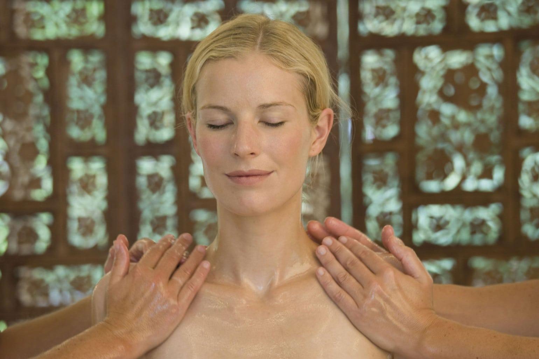 Oliemassage voor een vrouw in Ayurveda Hotel Parkschlösschen