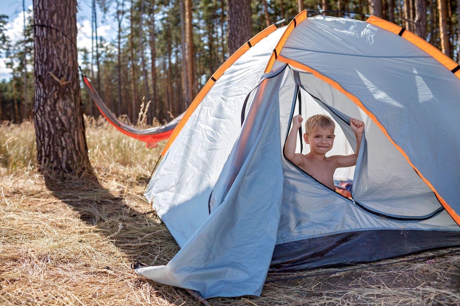 Een kind geniet in een tent op Elbecamp in Hamburg van de vakantie