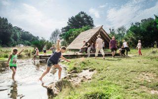 Kinderen vermaken zich in een riviertje op de Schwäbische Alb