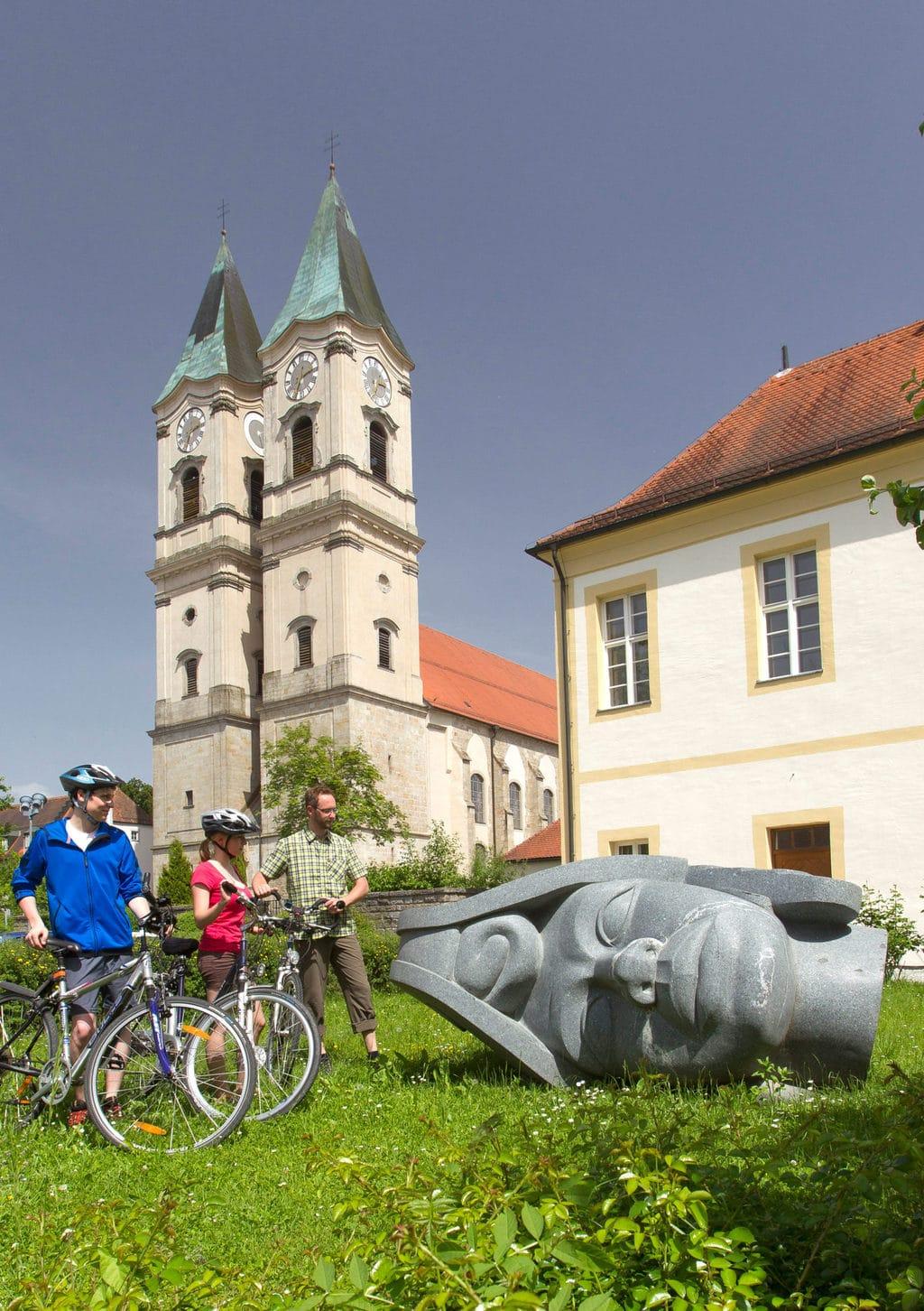 Fietsers met sculptuur bij Deggendorf aan de Isar