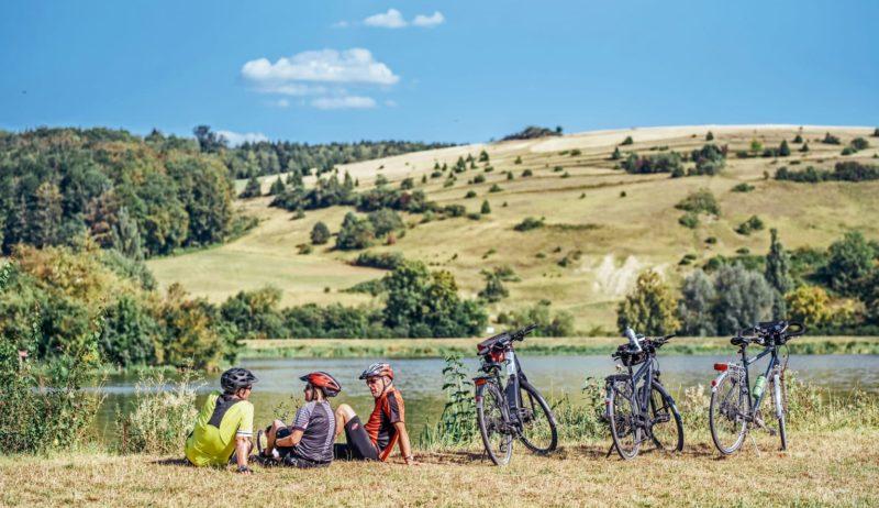Fietsers in het heuvellandschap van het Nördlinger Ries in het Zuiden van Duitsland