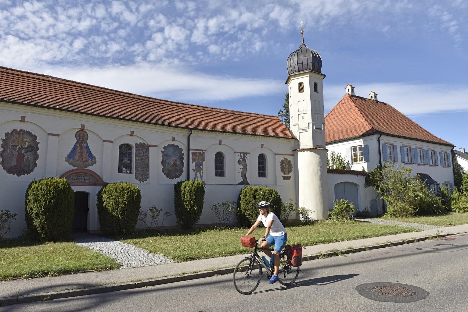 Een fietser voor Schloss Esting in de buurt van Fürstenfeldbruck in Beieren