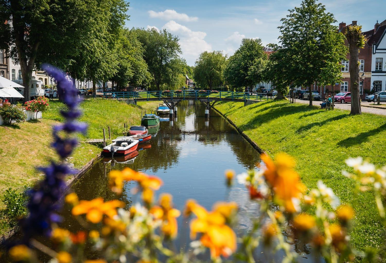 Een kanaal in het stadje Friedrichstadt