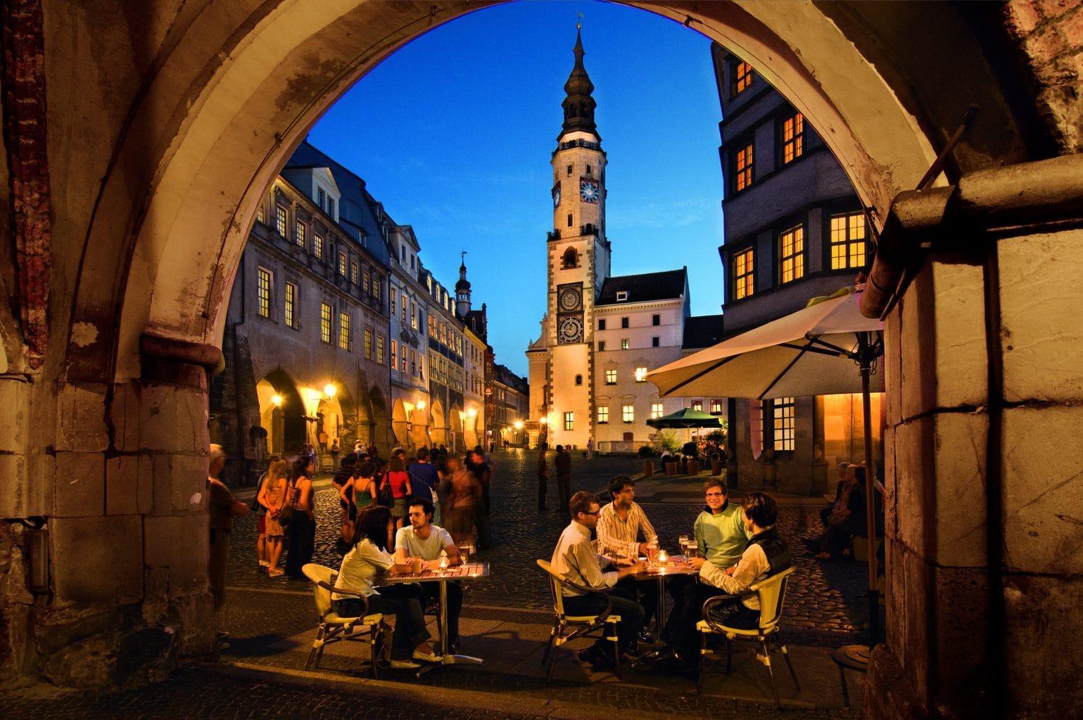 De binnenstad van Görlitz in Saksen in de avondschemering
