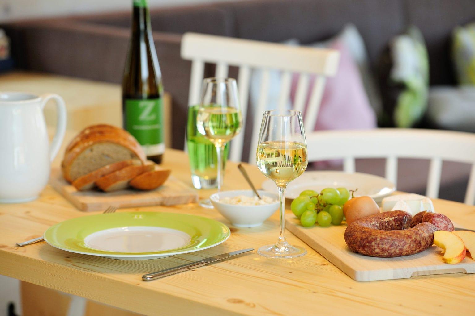 Gedekte tafel met brood en wijn in de Hainichhöfe in Thüringen