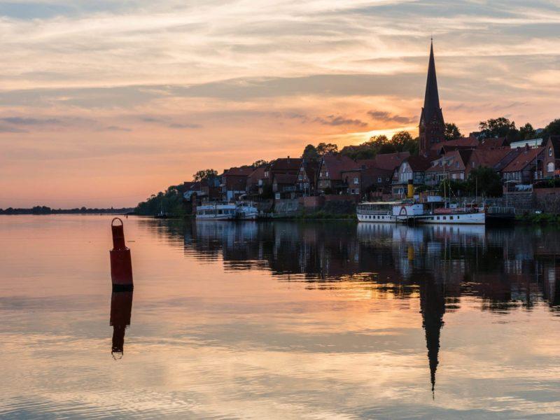 Het oude scheepvaartstadje Lauenburg aan de Elbe met avondstemming