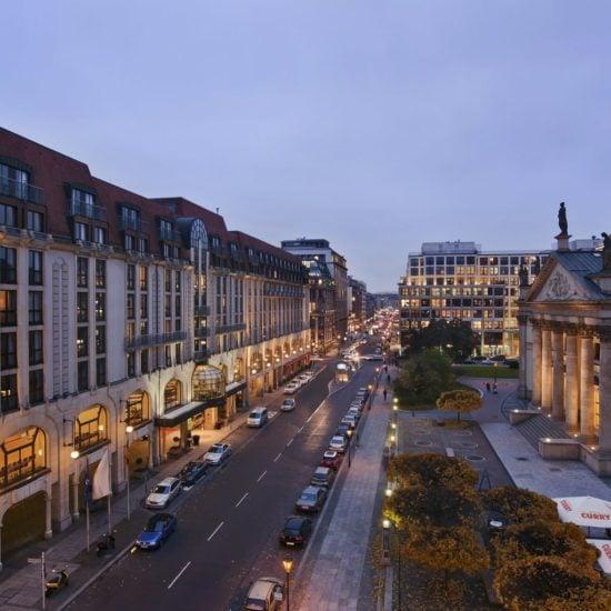 Uitzicht vanuit het Hilton Hotel Berlijn aan de gendarmenmarkt op straat