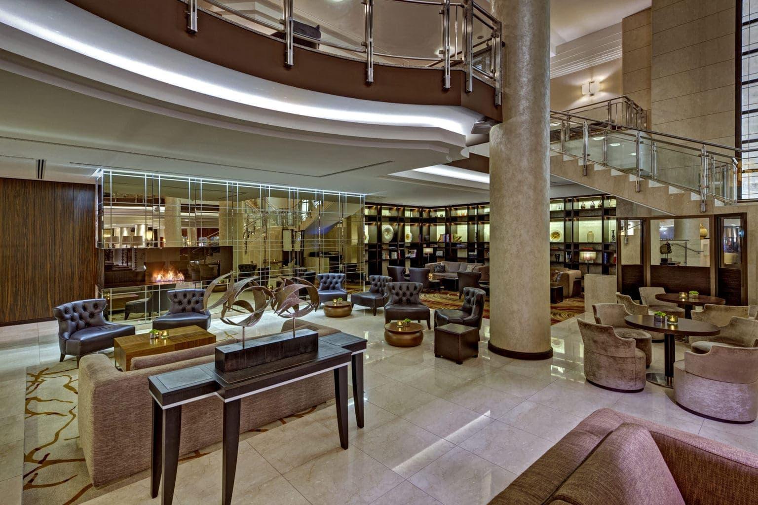 De lobby van het Hilton aan de Gendarmenmarkt, een luxe hotel in Berlijn