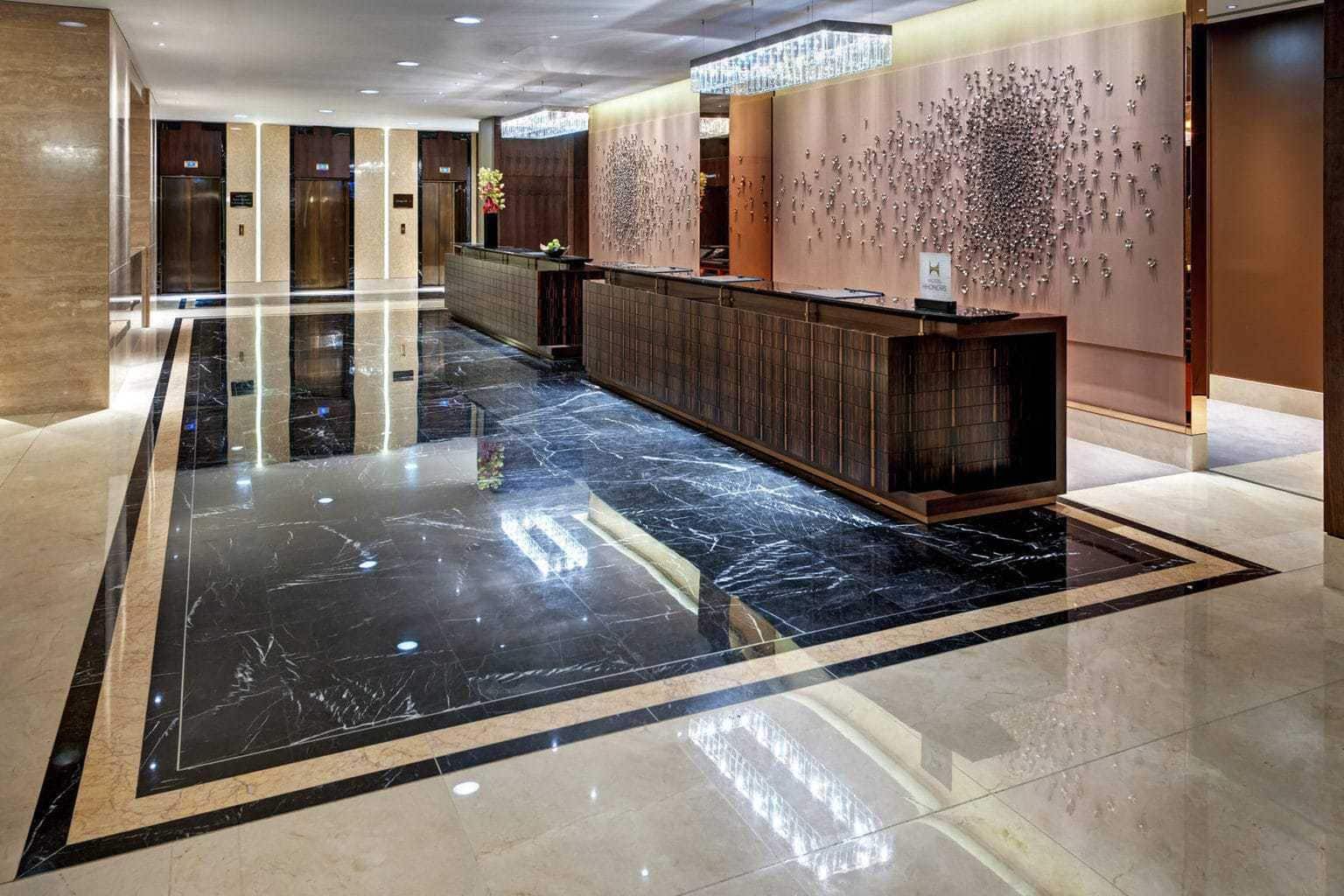 De lobby met veel marmer in het Hilton Hotel in Berlin