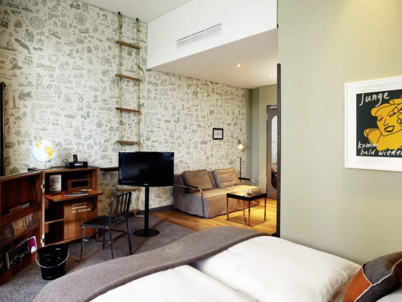 Een luxe kamer in Hotel 25 Hours Hafen City in Hamburg