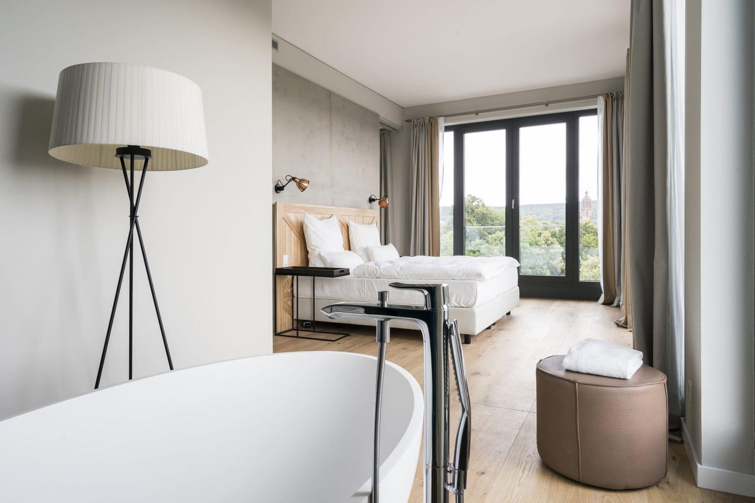 Kamer met vrij staande badkuip in designhotel Freigeist in Göttingen