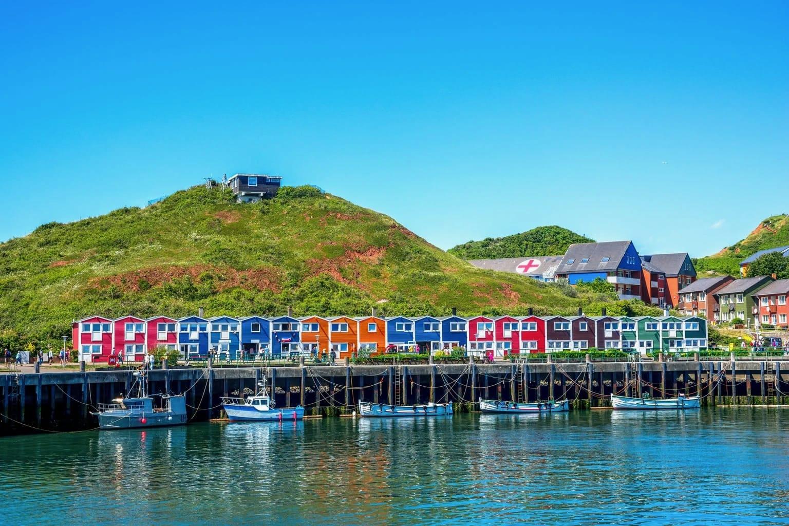 Het eiland Helgoland in de Noordzee met gekleurde vissershuisjes, rotsen en boten