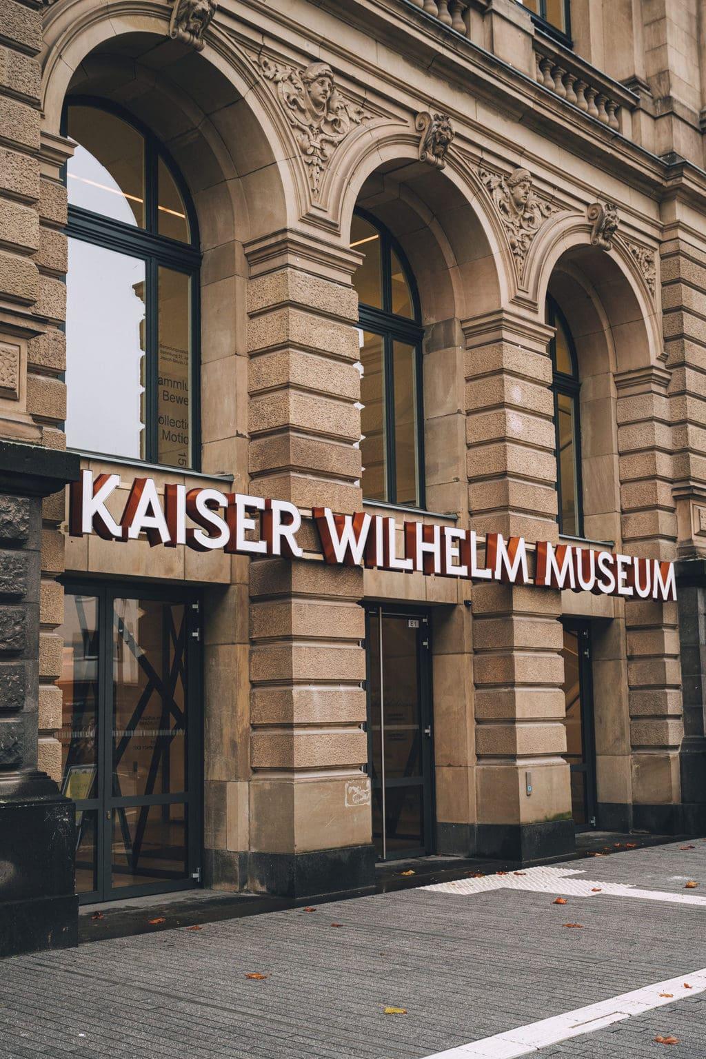 De ingang van het museum Kaiser Wilhelm in het Duitse Krefeld ligt aan de Beuys & Bike Route in Noordrijn Westfalen
