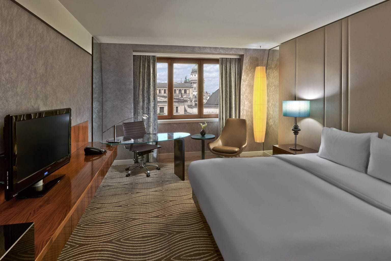 Een dubbele kamer in het Hilton hotel aan de Gendarmenmarkt in Berlijn met uitzicht op de dom