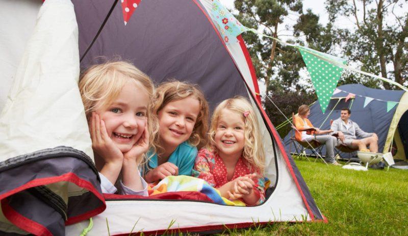 Drie kinderen in een tent op Ruhrcamping in Essen